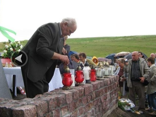 Dzieci i wnuki zamordowanych w Ludwikówce pojechały na Wołyń jak na pogrzeb. W niedzielę 12 lipca 2009 r w miejscu nieistniejącej dziś wsi Ludwikówka został poświęcony pomnik z nazwiskami zamordowanych mieszkańców. (Fot. Roman Laudański)