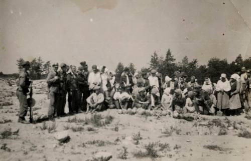 Według żydowskiego bydlaka J.T. Grossa, zdjęcie przedstawia polskich chłopów rabujących złoto ze szczątków Żydów zamordowanych w Treblince!