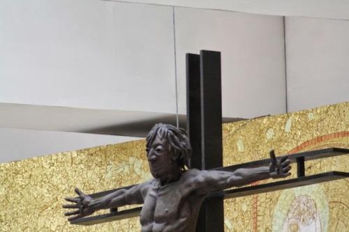 Wnętrze nowej bazyliki w Fatimie. Twarz Chrystusa o rysach zatwardziałego łotra.