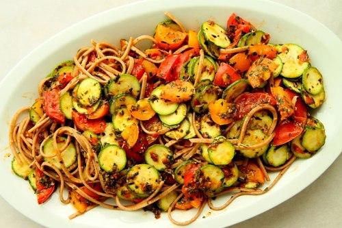 Makaron-pomidory-cukinia